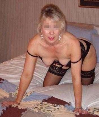 Femme bien chaude souhaitant se faire la chatte en position de levrette à Paris